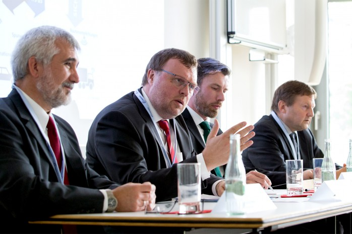 Pressekonferenz mit Dr. Bernd Rech, Volkswagen AG; Prof. Dr. Horst Wieker, htw saar; Viktor Deleski, Fraunhofer AISEC; Gerd Riegelhuth, Hessen Mobil (v.l.n.r.)