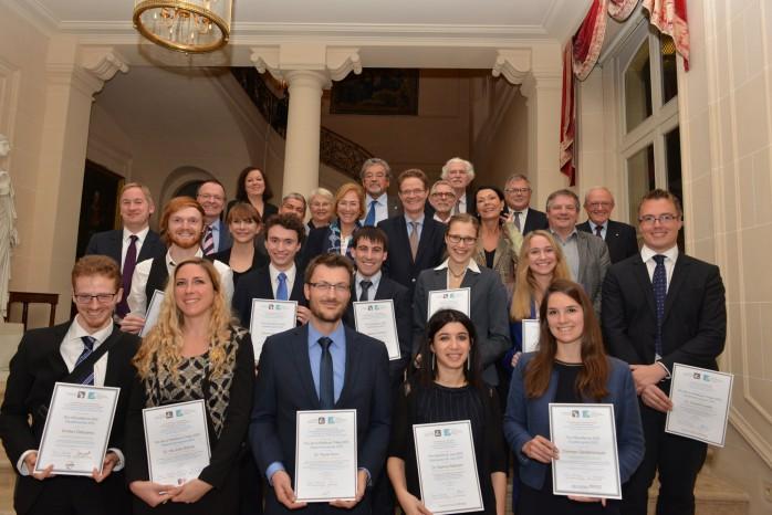 Foto: F. Brunet/DFH - Alle ausgezeichneten Absolventen und Doktoranden, ihre jeweiligen Förderer, seine Exzellenz der Deutsche Botschafter in Frankreich, Dr. Nikolaus Meyer-Landrut, sowie die Präsidentin der DFH, Prof. Dr. Patricia Oster-Stierle und Vize-Präsident der DFH, Prof. Dr. Patrice Neau.
