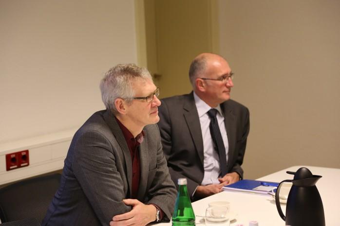 Prof. Dr. Joachim Dettmar (htw saar) und Patrik Kappenstein (WVO) bei der Vertratgsunterzeichnung