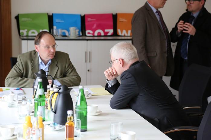 Prof. Dr. Wolrad Rommel und Staatssekretär Jürgen Barke im Gespräch.