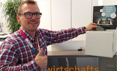 Dekan Hütter entsorgt am Standort Rotenbühl als erster sein altes Handy in der Sammelbox.