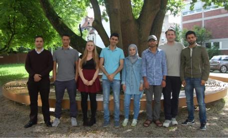 Von links nach rechts: Mohammad Alanati, Marc Hartmann, Julia Krämer, Abdallah Qubala, Nour Alkhatba (Flüchtling), Hesham Albnayan (Flüchtling), Florian Quarz, Mohammad Labash (Flüchtling)