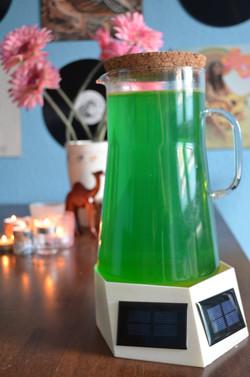 In einer gläsernen Kanne werden die Mikroalgen kultiviert. Der Magnetrührer wird beim Prototyp über Photovoltaikplatten betrieben.