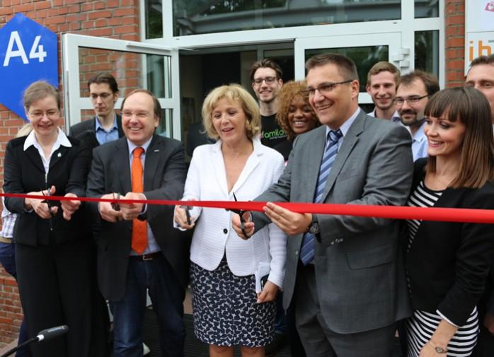 m Sommer wurde im Beisein von Oberbürgermeisterin Charlotte Britz (Mitte) sowie der Beauftragten der Ministerpräsidentin für die Hochschulen Dr. Susanne Reichrath (l.) offiziell das neue Gründerzentrum von htw saar und FITT eröffnet.