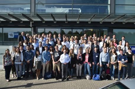 Teilnehmer und Organisatoren des Fachforums vor der IHK des Saarlandes