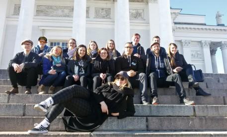Gruppenbild bei strahlendem Sonnenschein im Herzen Helsinkis