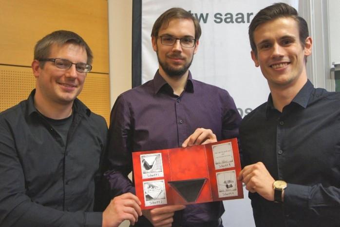Das Team von Say Holo mit dem ersten Prototypen der Hologramm-Grußkarte.